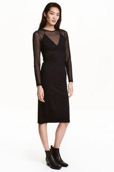 Robe ajustée: Robe de longueur genou en jersey épais. Modèle avec parties en haut et manches raglan en mesh. Fermeture à glissière dissimulée dans le dos.