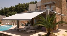 What is a Retractable Awning? A lateral arm or retractable awning uses spring-loaded arms to provide tension to the fabric as it rolls from the drive tube. Backyard Pergola, Pergola Shade, Patio Roof, Pergola Plans, Diy Patio, Pergola Kits, Pergola Ideas, Outdoor Shade, Roof Ideas