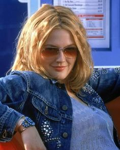 Drew Barrymore portrays the role of ''Dylan Sanders'' in the film ''Charlie's Angels'' ''Οι άγγελοι του Τσάρλι'' a 2000 American action comedy film. Drew Barrymore 90s, Drew Barrymore Style, 1990 Style, 90s Grunge Hair, Outfits Inspiration, Ville Rose, Look Retro, 2000s Fashion, Pretty People