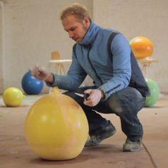 skålar i ballong. Häll i betong, stoppa i en balong i balongen och häll vatten i den.