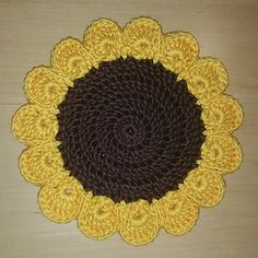 Sunflower Trivet By Samantha Attanasio - Free Crochet Pattern - (ravelry) Crochet Home, Love Crochet, Crochet Gifts, Crochet Motif, Crochet Doilies, Crochet Flowers, Crochet Yarn, Crochet Patterns, Crochet Kitchen