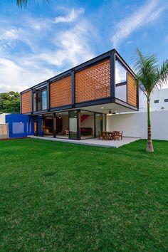 O projeto consistiu em integrar um loft multifuncional em um jardim de uma casa existente. #loft #arquitetura