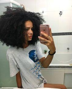 Tem dias que teu cabelo não está colaborando pra ter mais volume #cachosdavic