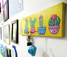 colgador de llaves hecho con trozo de madera rectangular y acrilicos / cactus<3