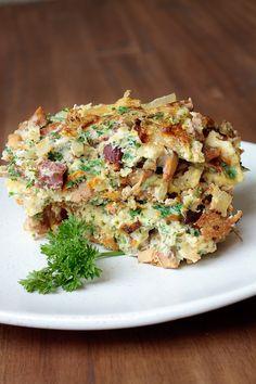 Leckeres Omelett mit Pfifferlingen, Zwiebeln und Landjägern. Die Südtiroler Spezialität passt gut zu einem knackigen Salat.