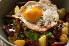 Culy Homemade: patatas bravas met chorizo en een gebakken eitje