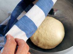 Brioche Hamuru  1. Hamur yoğurma makinesine 200 gram un ve 20 gram ufalanmış yaş maya aktarın. (Yapışmaması için yaş maya kullanılmalıdır.) 2. İçine 120 ml süt ekleyip hamur yoğurma makinesini çalıştırın. (Sütün miktarı unun kıvamlı bir hale gelmesine bağlıdır.) 3. Elastik yapısıyla dayanıklı ve dokunulduğunda yapışmayan, yumuşak bir hamur elde ettiğinizde,…