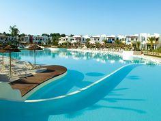 Onbezorgd genieten met het gezin! Dit charmante vakantiepark ligt vlakbij de heldere blauwe Ionische zee en beschikt over verschillende faciliteiten zoals een restaurant, animatieteam en een beachvolleybalveld. Ideaal toch?