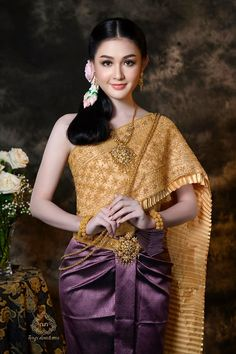 ( by khmer model ) Cambodian Wedding Dress, Khmer Wedding, Golden Dress, Costumes Around The World, Batik Fashion, Thailand, Wedding Costumes, Koh Tao, Beautiful Asian Women