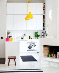 white and yellow kitchen Home Interior, Kitchen Interior, Interior Design, Beautiful Kitchens, Cool Kitchens, Küchen Design, House Design, Kitchen Dining, Kitchen Decor
