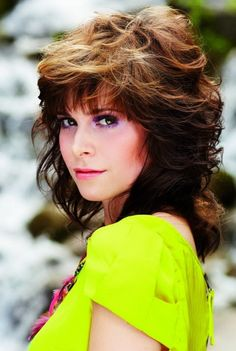 80s hairstyles for women are known by their stylish looks & those hairstyles range from the short to long hairstyles like; mullet hairstyles, Tails hairstyles.
