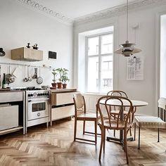 En enastående lägenhet med fantasifulla inredningslösningar✨ Värmlandsgatan 20 | 3 rok, 85.0 kvm  En elegant 1800-talstrea med generös takhöjd och härligt ljusinsläpp från höga originalfönster i djupa nischer. Lägenheten är mycket välbevarad, och i original från när huset byggdes är även spegeldörrarna, stuckaturen, fodren samt de höga fotlisterna. Eftermiddagssolen strömmar in i vardagsrummet och köket som ligger i fil mot Värmlandsgatan medan sovrummen, som vetter mot en mysig innergård…