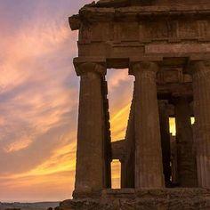 Un tocco di sole e tutto diventa oro.  __________________________________________________  A touch of sun and everything becomes gold.  Photo by@Alessio Carollo  #ig_visitsicily#visitsicilyinfo#assessoratoturismoregionesiciliana#agrigento#valledeitempli#tempiodellaconcordia#goldeffects#sunset#sicilianpanorama#panorama#holidayinsicily#instatravel#instapassport#ilovesicilia#italiait#IlikeItaly#sicilia#sicily#italia#italy
