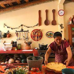 Mi hora más feliz del día siempre estar en casa de Reyna Mendoza ❤️ #teotitlan #oaxaca Mexican Style Kitchens, Mexican Kitchen Decor, Eclectic Kitchen, Modern Kitchen Design, Mexican Patio, Mexican Garden, Red Cabinets, Kitchen Colors, Kitchen Ideas
