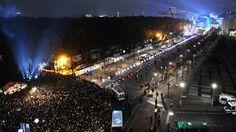 Insgesamt waren am Freitag in der Berliner Innenstadt 7000 Ballons entlang der früheren Mauer aufgestellt und mit Helium gefüllt worden.