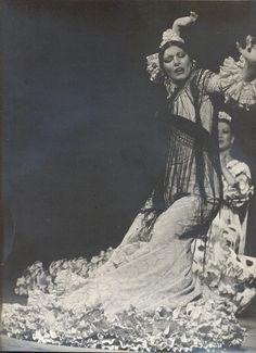 Bailaora de #flamenco #MilagrosMenjíbar con #batadecola de Lina http://www.lina1960.com/
