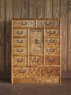 This small chest (W730 x D400 x H870) features a beautiful, glowing wood grain. Castor-Aralia with a lacquer finish.