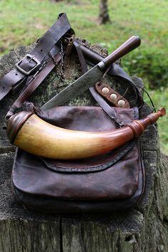 Contemporary Makers: Hunting Pouch by Maryellen Pratt with an Art DeCamp Powder Horn Revolver, Shooting Bags, Flintlock Rifle, Black Powder Guns, Man Gear, Longhunter, Powder Horn, Fur Trade, Hunting Gear