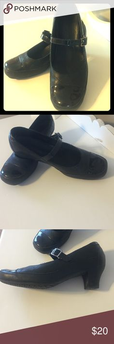 Non slick dress shoes These black patent/quilted design dress shoe is perfect for restaurant industry if you need non slick shoes! These are used but in good condition size 7.5 Pro 5 star Shoes Flats & Loafers