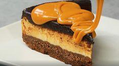 VIDEORECEPT: Hrnčekový karamelový cheesecake - Hriešne karamelové pokušenie vpodobe sviežeho chladeného koláčika. 3 vrstvy zaliate delikátnou karamelovou omáčkou. Tomu sa nedá odolať.