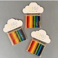 Ideia fofa para lembrancinha de festa: lápis de cor! Esse kit lindo personalizado é da @barquinhodepapelfestas! Adoramos! ❤️