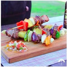 Brochette de cordero laqueada con Imperial Weissbier. (parrilla TROMEN a leña) Sushi, Cheese, Cake, Ethnic Recipes, Tortillas, Food, Gourmet, Cheese Quiche, Fruit Tarts