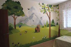 Mural campestre. Dormir rodeado de arboles, montañas y animales.... Un lujo que Pepe, el niño de esta habitación infantil puede disfrutar cada noches.