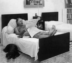 Ernest Hemingway reading The New York Times in bed, naked – can't cover as much with an iPad; By his side, surprisingly, a dog. Photograph by George Leavens. Ernest Hemingway, Hemingway Cuba, Hemingway House, People Reading, Lectures, New York Times, Good People, Special People, Amazing People
