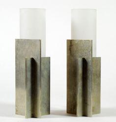 Années 30, luminaires, Boris LACROIX (1902-1984) - Paire de lampes de chevet constituées d'une base cruciforme en nickel et d'un abat-jour cylindrique en verre dépoli (hva)