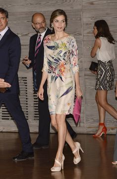 Pin for Later: When It Comes to Summer Work Dresses, Queen Letizia Has a Type Get the Look Beautiful Dresses, Nice Dresses, Dresses With Sleeves, Royal Fashion, Look Fashion, Summer Work Dresses, Neutral Dress, Floral Frocks, Silk Floral Dress