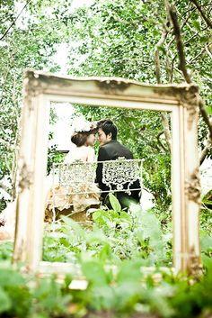 額の中にふたりが見えるように撮影した結婚写真。小物やアイテムを活用することで、より印象的なウェディングフォトに仕上がります。自分たちらしさが伝わるオリジナリティーのある1枚を残していきたいですね。徳島県名西郡野鳥の森で洋装結婚写真のロケーション撮影。