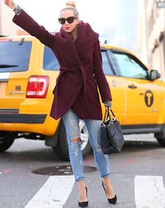 STYLE BLOGGER: Helena Glazer catches a cab with style and grace! @Elena Navarro Glazer #fashion #streetstyle #heels #redlips