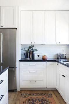 White Kitchen Cabinets, Kitchen Countertops, Dark Cabinets, Black Countertops, Kitchen Cabinetry, White Kichen, White Coastal Kitchen, White Kitchen Interior, Small White Kitchens