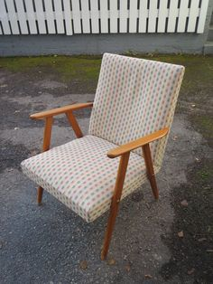 Pienikokoinen 50-luvun naojatuoli, verhoiltu uudestaan jossain vaiheessa, siistikuntoinen ja ehjä verhoilu. Hyvä istua. MYYTY.