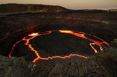"""Un cráter """"amurallado"""" por fumarolas y columnas de vapor, pequeños volcanes de lodo, un cráter que intimida con un lago de lava, otro casi """"rozando el cielo"""" y envuelto en nieves eternas. Incluso, en ésta larga lista, hay cráteres dormidos que suponen un pequeño paraíso: de aguas termales, de lagos de aguas cristalinas, o hasta uno que es un edén para la fauna africana."""