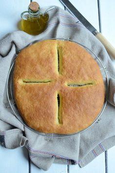 Un voyage en Provence... La pompe à l'huile d'olive fait partie des 13 desserts de Noël en Provence. Pour la petite histoire, la pompe à l'huile est née lorsqu'un jour au moulin après avoir pressé les olives, le meunier mangeât l'huile restante sur du pain. La tradition