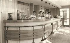 Esto es el restaurante El Faro en sus comienzos. Ahora, acaba de cumplir 50 años y ayer presentó las jornadas gastronómicas y actos que hará para conmemorarlo. Todo empezó con unas acedías fritas, lo primero que sirvió Gonzalo Córdoba en aquella taberna del barrio de La Viña. Reportaje para acopañar el desayuno en Cosasdecome. http://www.cosasdecome.es/sin-categora/50-anos-sirviendo-felicidad/#.U1tdwFdqM6A