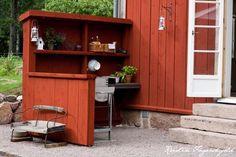 I mitt paradis: Tada - uteköket! Garden Table, Garden Pots, Red Houses, Tiny Houses, Sweden House, Compact House, Summer Kitchen, Wooden Cabinets, Garden Fencing