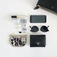 気になる「おしゃれさんのバッグの中身」☆スッキリ整理できるアイデア特集 Mini Makeup Bag, Makeup Pouch, What's In My Purse, One Bag, What In My Bag, What's In Your Bag, Inside My Bag, Minimalist Bag, Insulated Lunch Bags