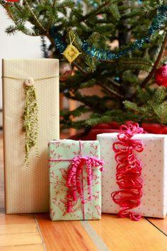 paquets cadeaux avec de la laine
