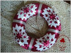 Artyčoková technika :: Nejenproradost Folded Fabric Ornaments, Quilted Ornaments, Felt Christmas Ornaments, Ball Ornaments, Christmas Balls, Christmas Tree Decorations, Christmas Crafts, Bow Hanger, Ribbon Art