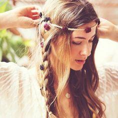 Hair look in stile hippy - Hair look in stile hippy con treccia e coroncine di fiori è sempre perfetto per l'estate. É un look che abbiamo recuperato direttamente dagli anni '70, e, se all'inizio era riservato solo a questa festa o festival musicale, adesso è completamente sdoganato, tanto che molte spose lo richiedono come beauty look per il giorno delle nozze. I plus sono l'effetto spettinato (ma ricercato) e le coroncine o fermagli con fiori, da realizzare anche a mano con fiori freschi…