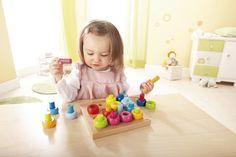 Farebné krúžky - sa dajú vkladať podľa vlastnej fantázie. S pomocou farebných kolíkov možno krúžky stavať aj do výšky.