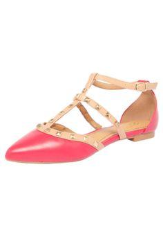 Sapatilha DAFITI SHOES Rebite Tiras Rosa, possui costura localizada, bico fino, recortes na cor bege, rebites na cor dourado e fechamento por tira com fivela ajustável.