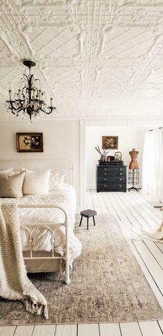 Bedroom Vintage, Antique Bedroom Decor, Antique Bedrooms, Modern Victorian Bedroom, Victorian Bedroom Furniture, Vintage Inspired Bedroom, Vintage Beds, Victorian Home Decor, Bedroom Rustic
