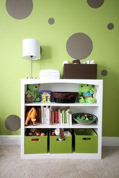 chambre-bébé-fille-murs-vert-pâle-pois-gris-meuble-blanc-boîtes-rangement-vertes.jpg (640×960)