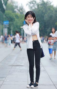 微博 Chinese Model, Ulzzang Girl, Jeans Style, Asian Beauty, Korean Fashion, Street Wear, Bomber Jacket, Street Style, Legs