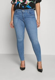 Levi's® Plus Jeans Skinny - light blue denim - ZALANDO.CH Jeans Skinny, Mom Jeans, Blue Denim, Light Blue, Pants, Fashion, Being Skinny, Blue Grey, Trouser Pants