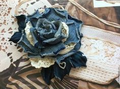 Tissue Flowers, Cloth Flowers, Denim Crafts, Jean Crafts, Flores Denim, Fabric Flower Pins, Denim Flowers, Denim Art, Denim Handbags