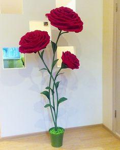 Кто как проводит выходные?  Я - за любимым занятием  Высота розочек 1.8 м  #бумажныецветы #мксвитдизайн #мкростовыецветы#обучениесвитдизайнуминск